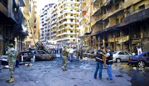 Una strada di Beirut dopo l'esplosione di un'autobomba